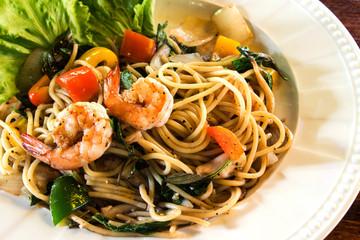 Spaghetti, shrimp, lettuce, tomato and pepper