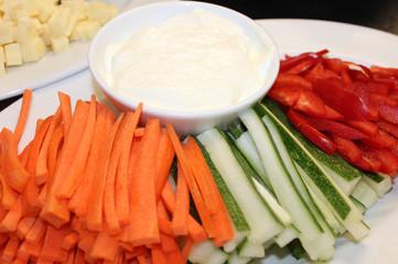 Овощи нарезанные соломкой со сметаной.