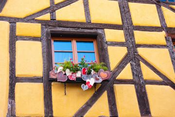 fenêtre et façade de maison alsacienne