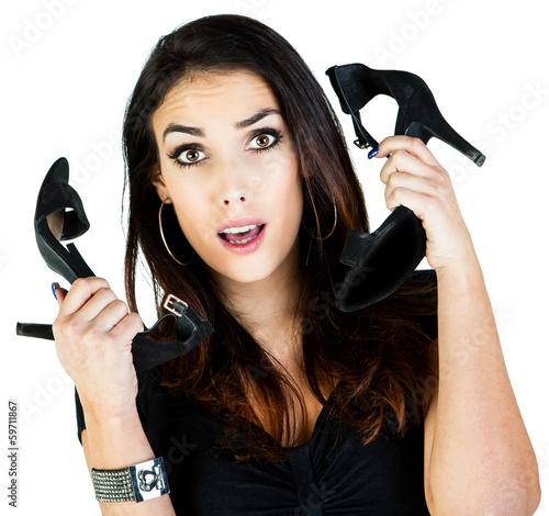 Jeune femme brune, : chaussures ou téléphone