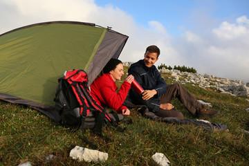 Trinken beim Camping in den Bergen