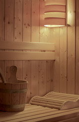 Sauna mit Kopfteil, Schöpfeimer und Lampe