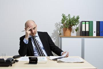 Nachdenklicher Geschäftsmann nach anstrengender Verhandlung