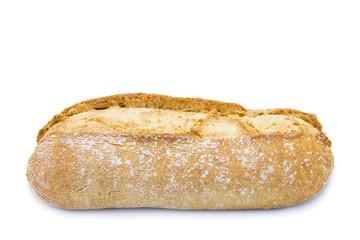 Bollo de pan de pueblo hecho en horno de leña aislado en blanco