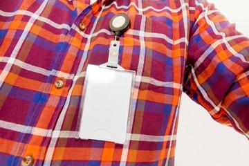 Mann mit Ausweis am Hemd