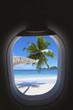 plage paradisiaque d'île tropicale à travers hublot