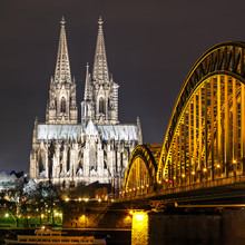 La cathédrale de Cologne avec le pont Hohenzollern la nuit