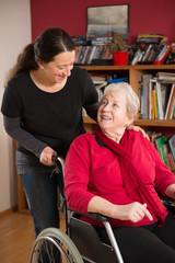 Seniorin im Rollstuhl mit Angehöriger