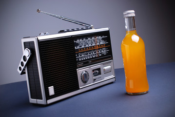 radio retrò con bibita all'arancia