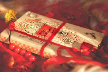 натюрморт с книгой в красных тонах
