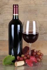 Rotwein in Rotweinflasche und Weinglas