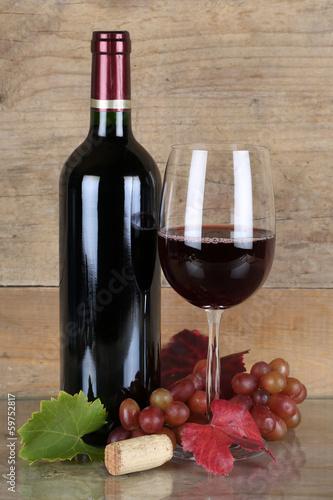 Rotwein in Rotweinflasche und Weinglas - 59752817