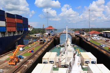 Проход судна через Панамский канал