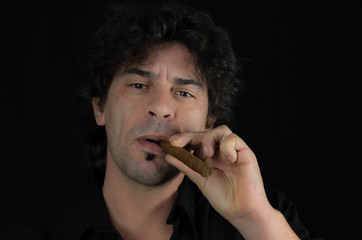 Homme fumant le cigare