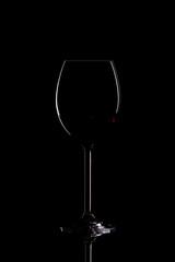 Rotweinglas im Dunkeln