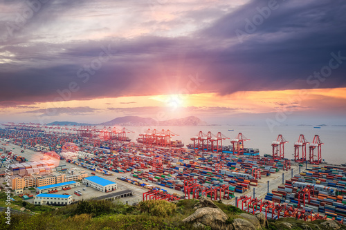 Plexiglas Poort busiest container terminal at dusk