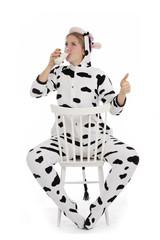 femme buvant de lait de vache