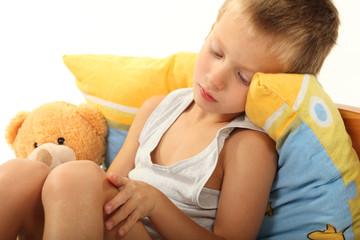 Kind sitzt im Bett
