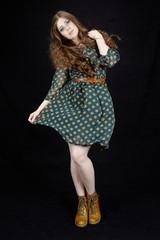 Frau mit gepunktetem Kleid