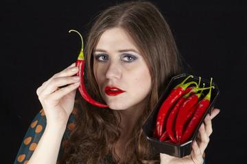 Frau mit Peperoni