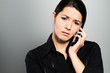 Attraktive Geschäftsfrau führt ein Telefongespräch