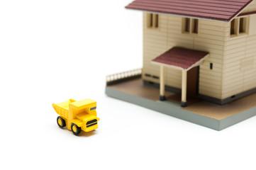家の模型とトラック