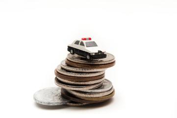 犯罪防止のパトカーとお金が積み上がっている様子
