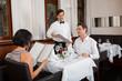 canvas print picture - glückliches erwachsenes paar im restaurant zum abendessen