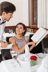 glückliches erwachsenes paar im restaurant zum abendessen