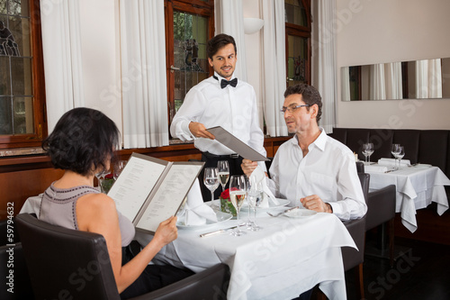canvas print picture glückliches erwachsenes paar im restaurant zum abendessen
