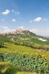 der bekannte Weinort La Morra nahe Barolo und Asti im Piemont