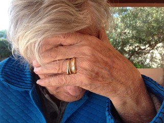 donna anziana triste