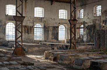 vecchio edificio industriale pieno di finestre