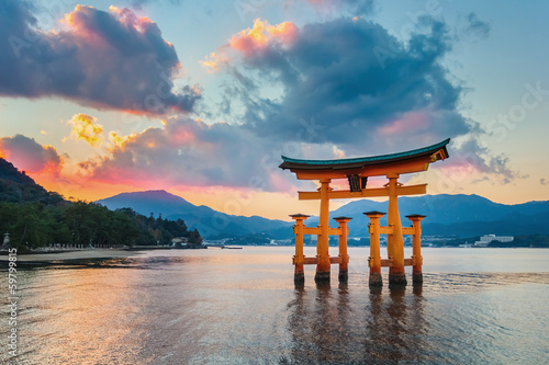 In de dag Japan Great floating gate (O-Torii) at Miyajima