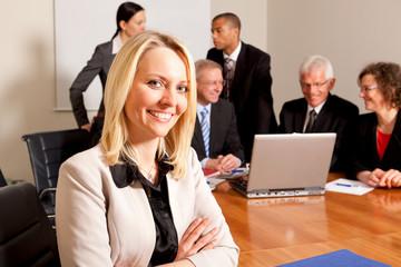Geschäftsfrau mit Team im Hintergrund