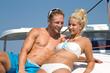 Sommer am Boot - Liebespaar auf Hochzeitsreise im Bikini