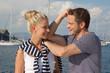 Junges Paar im Urlaub am Boot - Hochzeitsreise