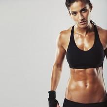 Modèle de fitness femme sur fond gris