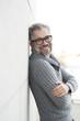 canvas print picture - 50-jähriger Mann mit Brille schaut freundlich lachend