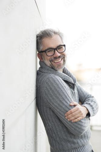 canvas print picture 50-jähriger Mann mit Brille schaut freundlich lachend