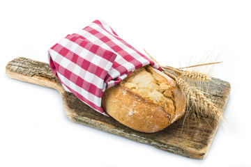 Barra de pan de pueblo sobre una tabla de corte