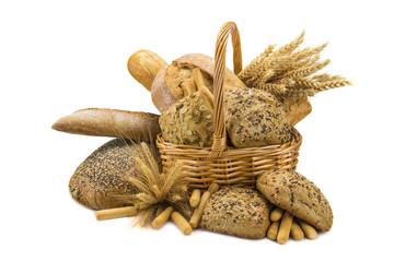 Cesta con diferentes clases de pan y cereales sobre fondo blanco