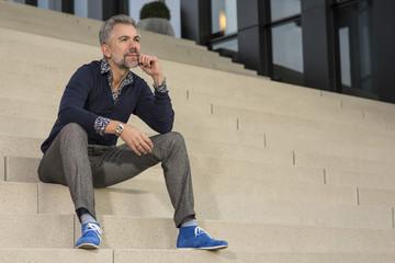 50-jähriger Mann auf Treppe