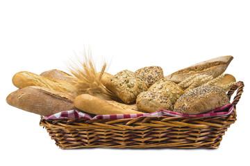 Cesta con diferentes clases de pan aislada sobre fondo blanco