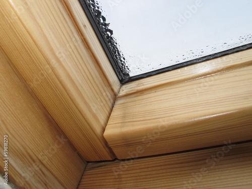 Wasser kondensiert an einem Dachfenster