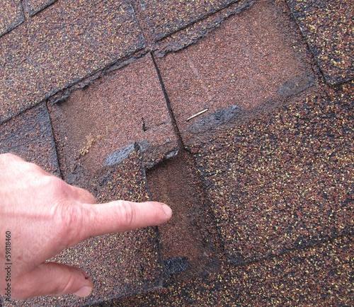 Kaputtes Bitumenschindeln-Dach