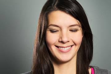 Glückliche Frau mit einem strahlenden Lachen
