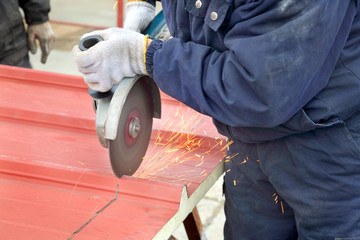 Insulated galvanized corrugated sandwich roof panel cut, grinder