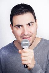 hombre con microfono