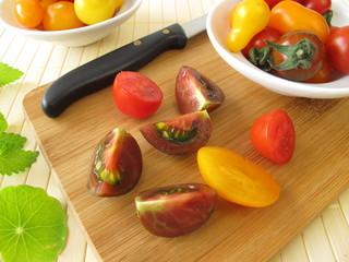 Zubereitung von Tomatensalat mit Kräutern